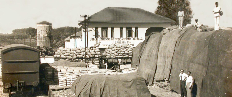 1933 | Jorge Cassab torna-se sócio de Mansur e a empresa passa a se chamar J.Cassab & Companhia. Ocorre a expansão das atividades para a região de Leme.
