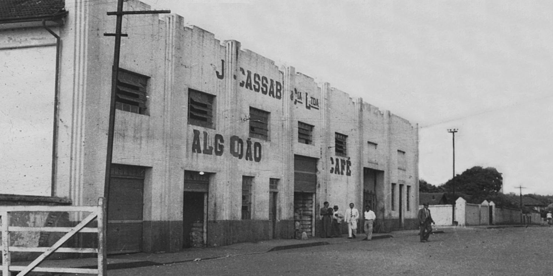 1950 | Criação da Companhia Mercantil de Armazéns Gerais, localizada na região da Vila Prudente, em São Paulo, com 11 unidades de armazenamento, para armazenar a produção de algodão própria e a de terceiros.
